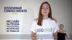 Imagem de uma jovem ocupando o lado direito da tela. No canto inferior direito, há uma intérprete de Libras.