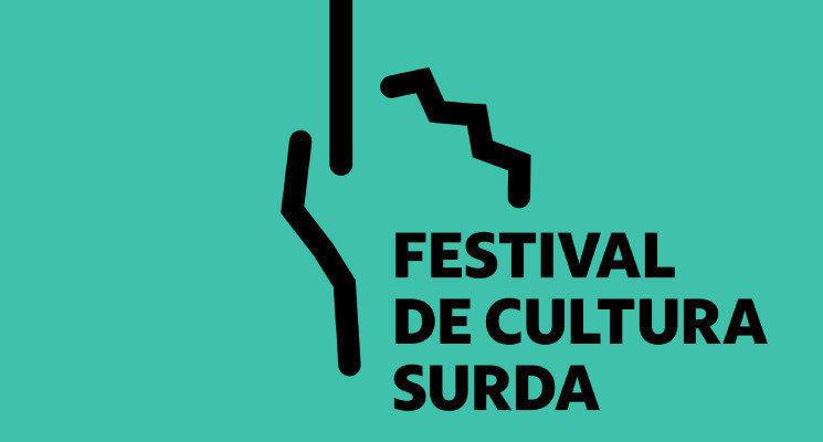 """Arte em fundo azul claro com o texto em preto """"Festival da Cultura Surda"""". Ao lado do texto, há uma mão fechada com o dedo indicador levantado para cima."""