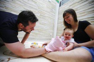 Foto dos pais Mariana e Rafael com a filha Natália, de 6 meses.