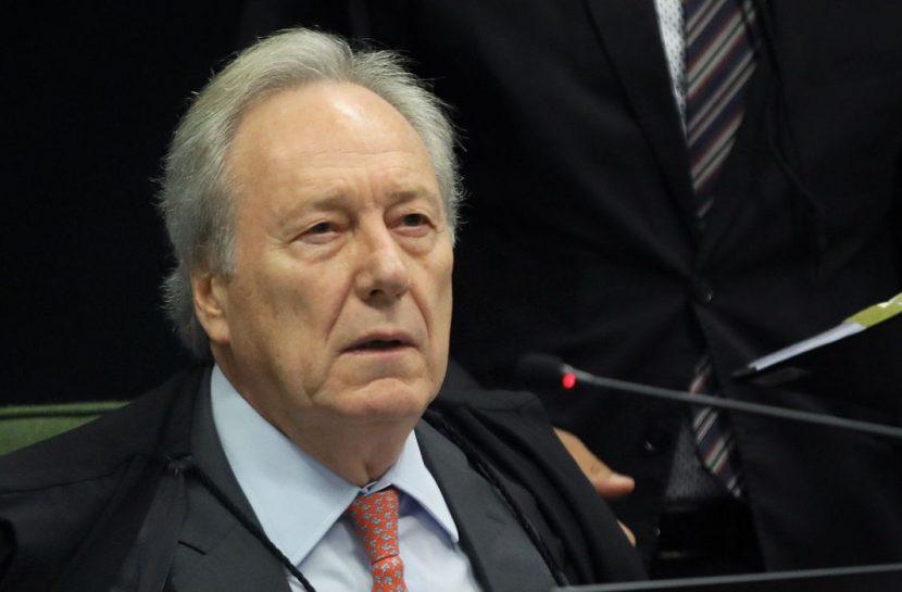 Foto do ministro Ricardo Lewandowski próximo a um microfone
