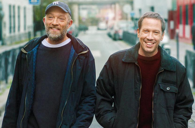 Foto de dois homens andando em uma rua