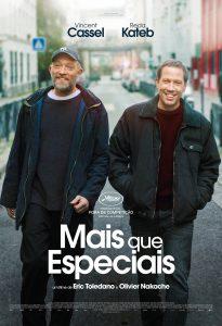 Cartaz do filme Mais que Especiais com dois homens andando em uma rua