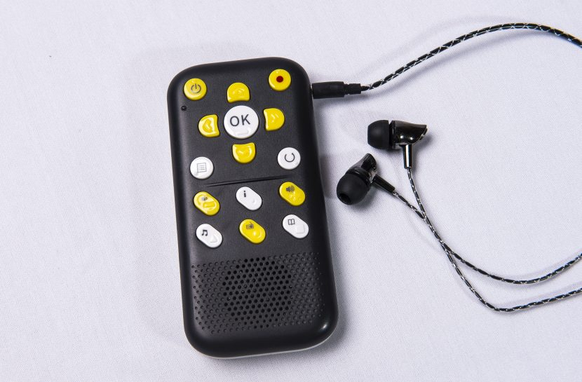 Foto vista de cima do aparelho EVO E10 com um fone de ouvido ao lado.