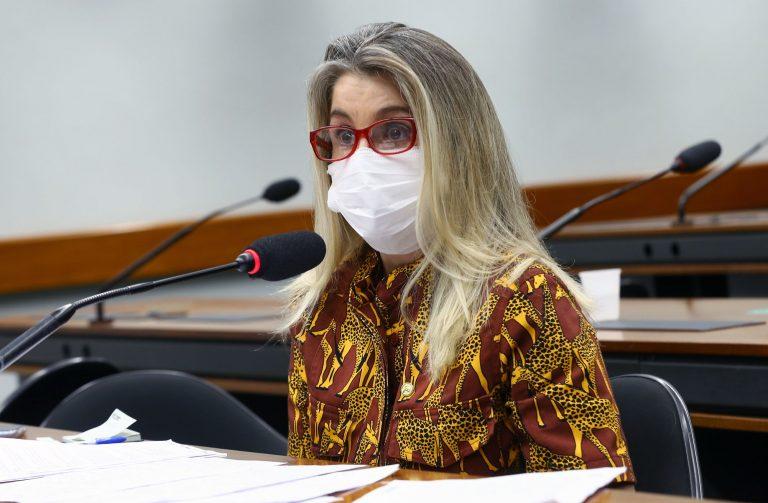 Foto da deputada Dra. Soraya Manato sentada falando ao microfone