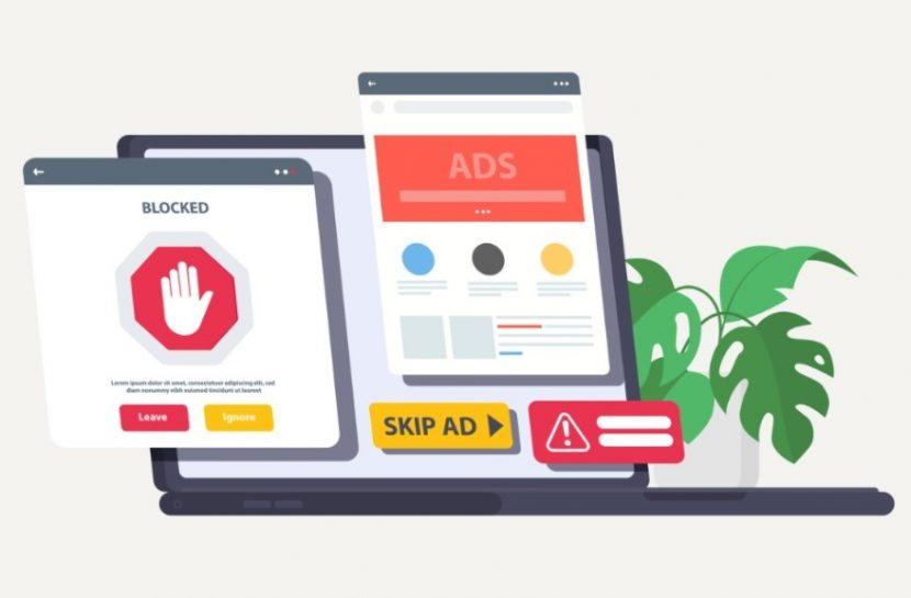 Ilustração de um notebook aberto, com duas telas projetadas para fora do equipamento que exibem ícones de bloqueio de acesso, pular anúncio e alerta