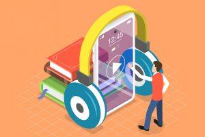 Arte com fundo laranja e a ilustração de livros e um celular em pé com um fone de ouvidos ao seu redor. Na frente do aparelho, há um homem, da altura do celular, mexendo na tela do dispositivo.